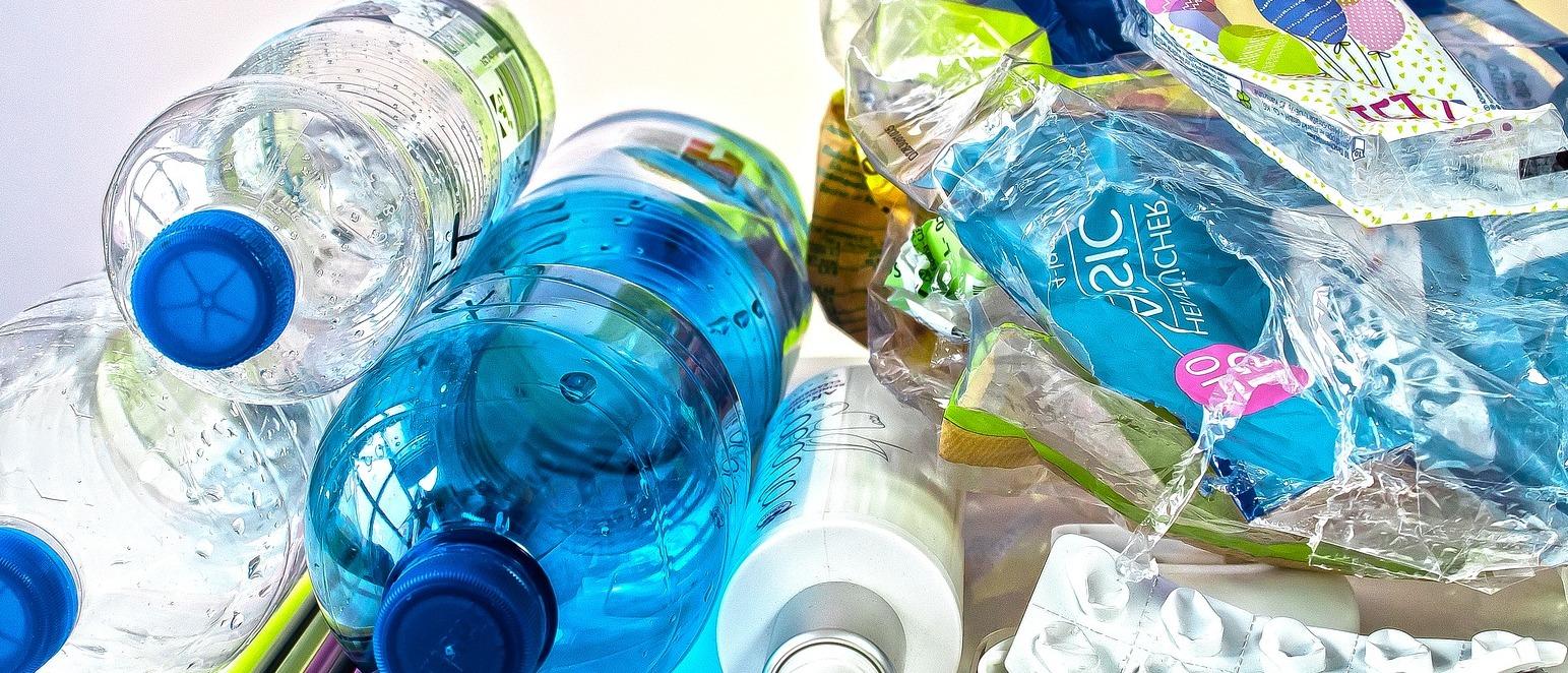"""¿Qué sabemos de las """"bacterias comeplásticos"""" que transforman este material en agua? Las hay que descomponen el plástico en sustancias que pueden acabar siendo agua"""