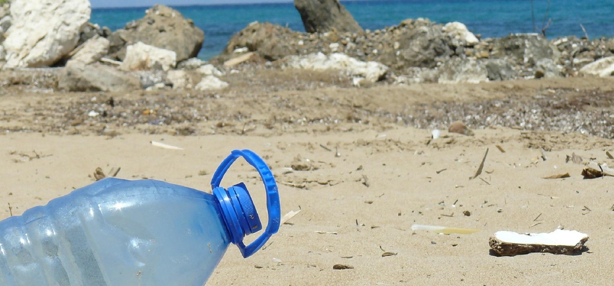 ¿Reutilizar las botellas de agua es malo para la salud por culpa de los microplásticos? No, pero ojo con las bacterias