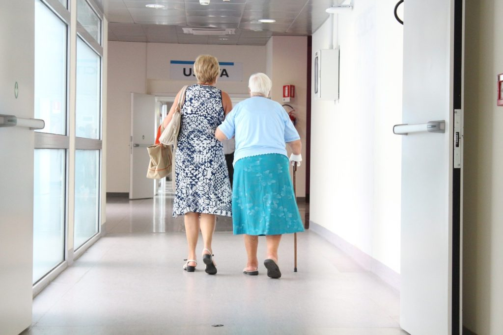 Dos mujeres andando por el pasillo de un hospital