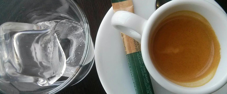 No, el café con hielo no dificulta la digestión